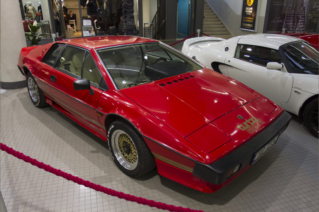 Lotus-Esprit-Turbo-James_Bond